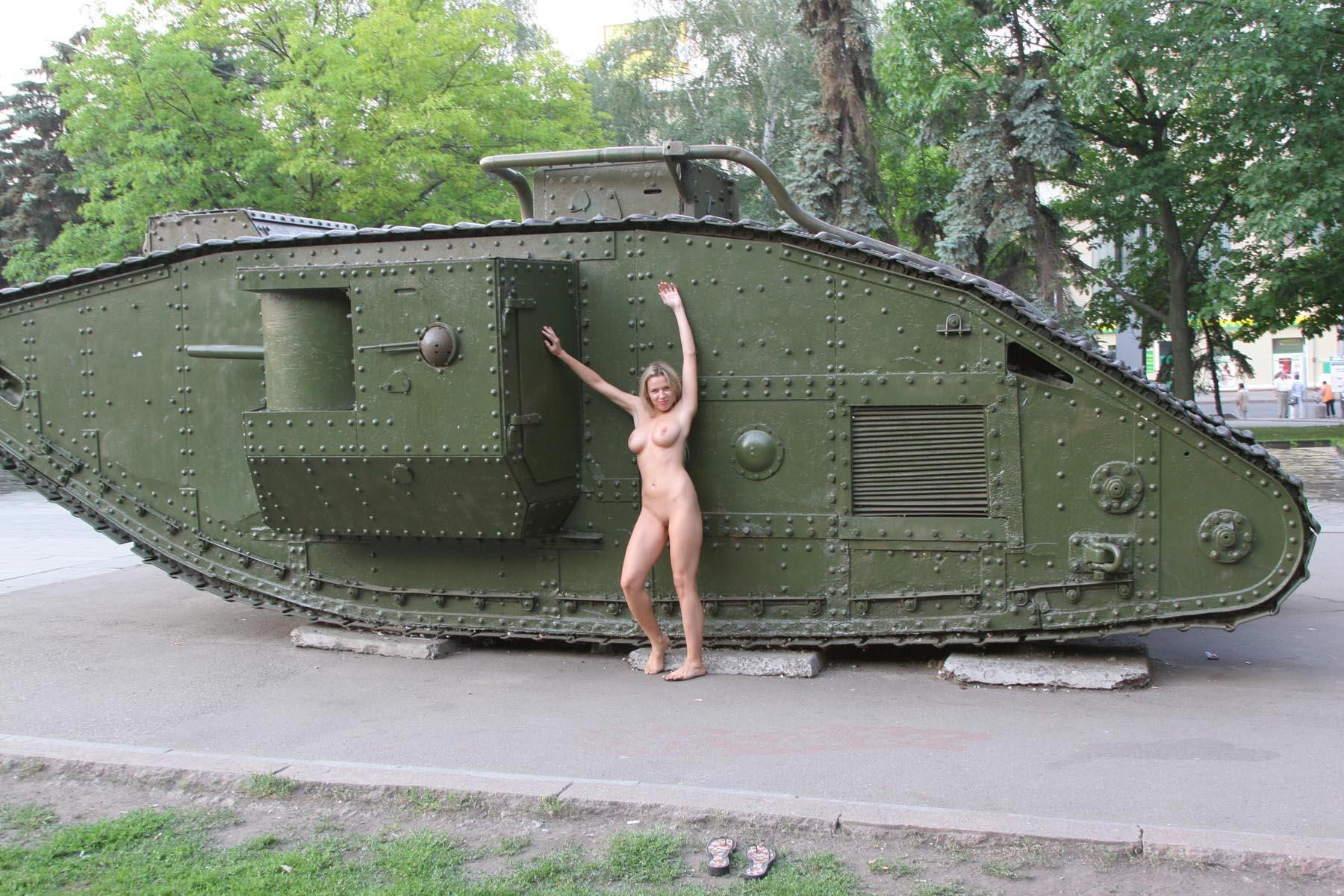Фото голых девушек с танками 10 фотография
