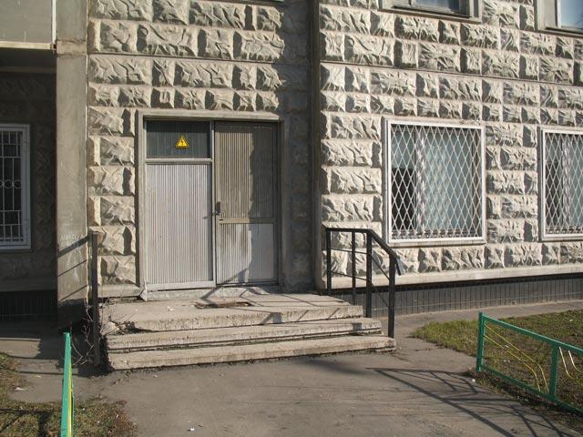 Дверь помещения ОУС на Тарханской улице